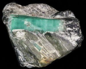 Кристалл изумруда в породе